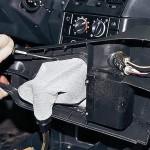 Поддев отверткой, отсоединяем держатель чехла рычага переключения передач от крышки облицовки тоннеля пола