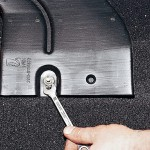 """Ключом """"на 10"""" отворачиваем гайку крепления воздуховода обогрева салона"""