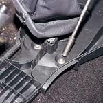 """Головкой """"на 10"""" отворачиваем: две гайки в средней части переднего крепления корпуса облицовки тоннеля пола"""