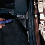 Крестообразной отверткой отворачиваем два самореза (по одному с каждой стороны) бокового нижнего крепления панели приборов