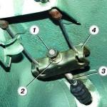 Снизу автомобиля отверните контргайку 1 и регулировочную гайку 2 стояночного тормоза и снимите уравнитель 4 с тяги 3