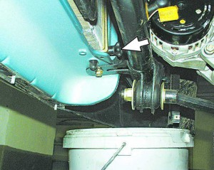 Ставим под радиатор емкость под слив ОЖ и выкручиваем сливную пробку радиатора