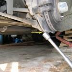Снимаем колесо и откручиваем 2 болта крепления нижней шаровой опоры