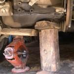 Подпираем двигатель. На всякий случай откручиваем 2 гайки крепления задней подушки, чтобы в случае опускания двигателя не порвало шланги