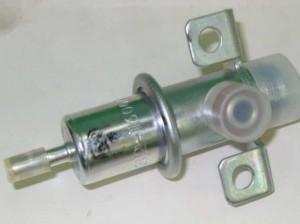 На фото - Регулятор давления топлива ВАЗ 2110