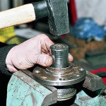 Опираясь на внутреннее кольцо подшипника, куском трубы выбиваем подшипник