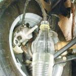 Откручиваем штуцер на 1/2 - 3/4 и смотрим как выходит жидкость с воздухом. Закручиваем клапан, повторяем прокачку и снова спускаем жидкость, до тех пор пока не перестанет идти воздух