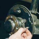 Для замены направляющей пружины колодки извлекаем ее из отверстия щита тормозного механизма