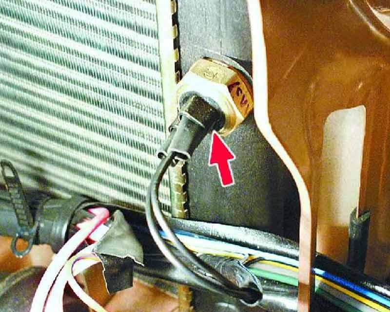 Где находиться датчик включения вентилятора ваз 2115 инжектор