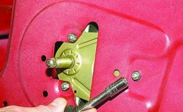 Откручивание гаек около ручки стеклоподъёмника