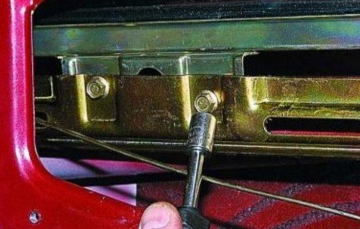 Стекло закрепляется в зажимах механизма ЭСП