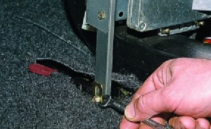 Откручивается нижняя гайка кронштейна панели ВАЗ 2115