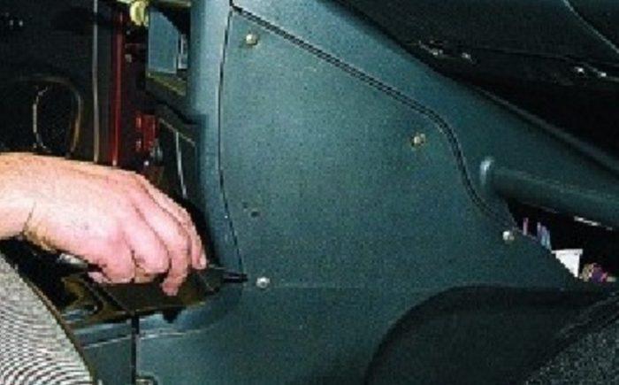 Снятие правой боковины консоли ВАЗ 2115