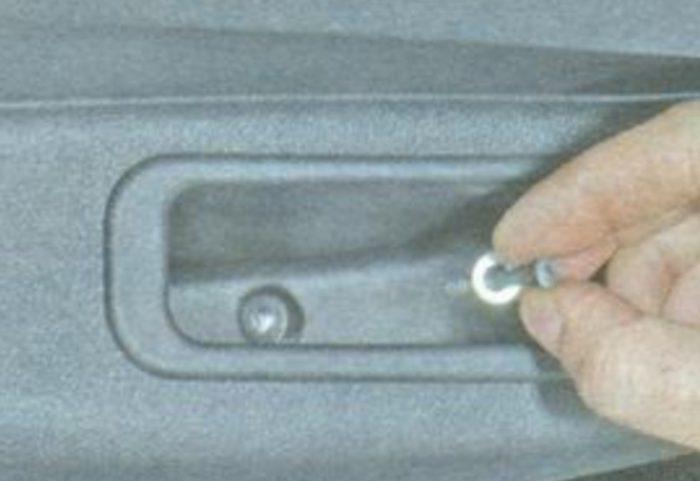 Саморезы в углублении двери Лады Гранты