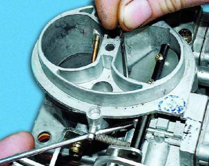 Измерение зазора воздушной заслонки карбюратора автомобиля ОКА