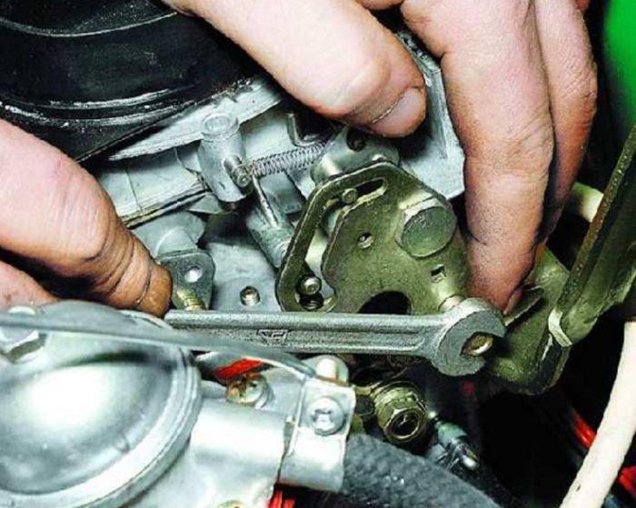 Ослабление болта воздушной заслонки карбюратора автомобиля ОКА