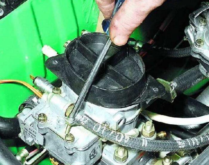 Ослабление хомута топливного шланга автомобиля ОКА