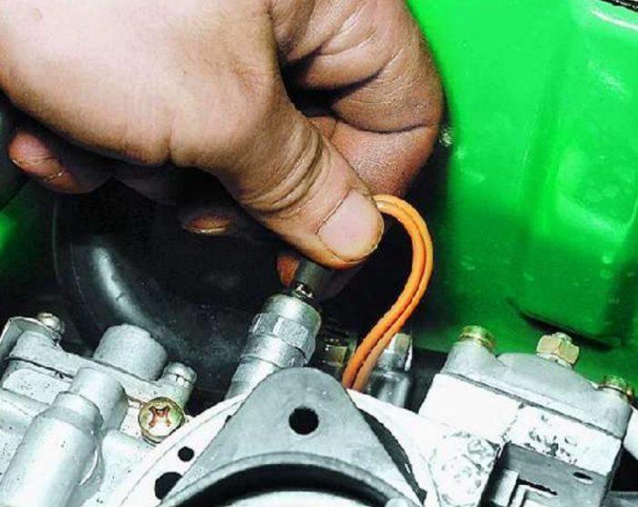 Отключение проводов экономайзера карбюратора автомобиля ОКА