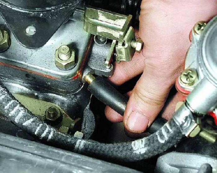 Снятие вентиляционного шланга карбюратора автомобиля ОКА
