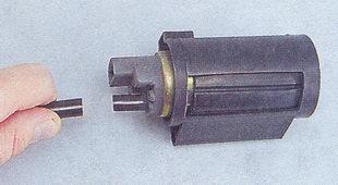Отсоединение выходной трубки электрического бензонасоса ВАЗ 2108/2109