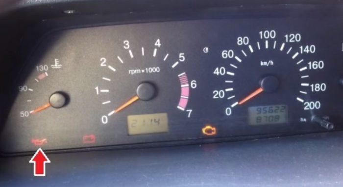 Индикатор давления масла на приборной панели автомобиля