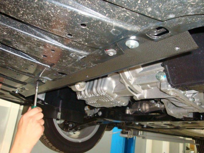 Демонтаж защиты двигателя