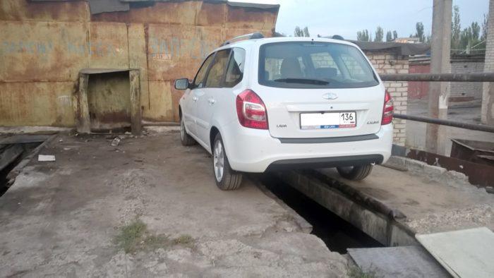 Автомобиль на яме