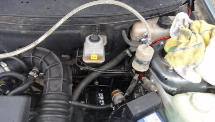 Фильтр подключён к топливному шлангу «Приоры»