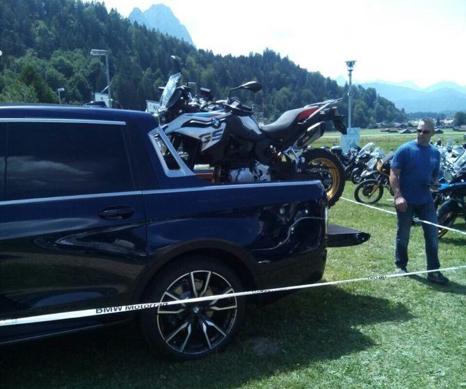 BMW X7 пикап на фестивале