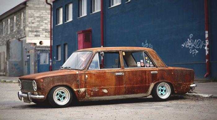 Старая ржавая машина