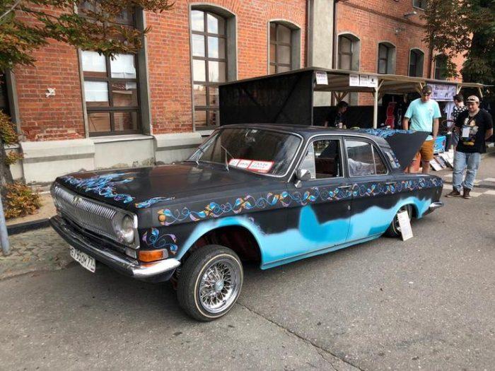Сине-голубой автомобиль