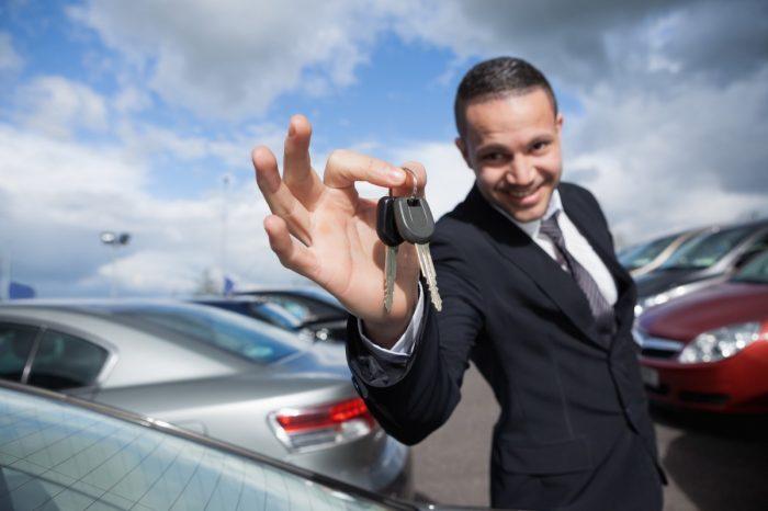 мужчина держит ключи от авто
